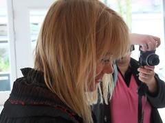 Constance met de look van een CHANSONIERE FRANCAISE (Gerard Stolk (vers le Mardi Gras)) Tags: flickr denhaag vernissage thehague bogers constance gemeenteraadslid constancebogers haagsestadspartij studiolissabon