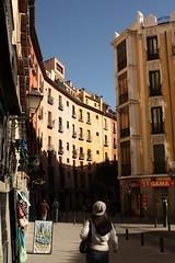 Una calle (Esther Molin) Tags: madrid street shadow people espaa lamp shop calle spain farola gente streetlamp sombra tienda plazadesanmiguel
