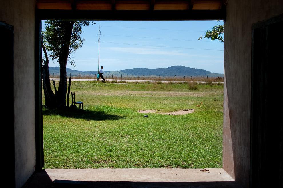 Niño caminando hacia su escuela a las 11:00 AM en la campiña de Caapucú, Departamento de Paraguarí. (Elton Núñez, 2009)