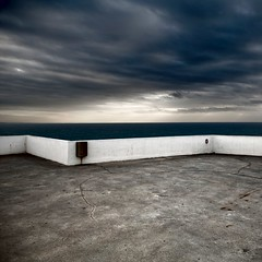Horizont (Julio López Saguar) Tags: sea white muro blanco portugal wall clouds mar nubes peniche juliolópezsaguar