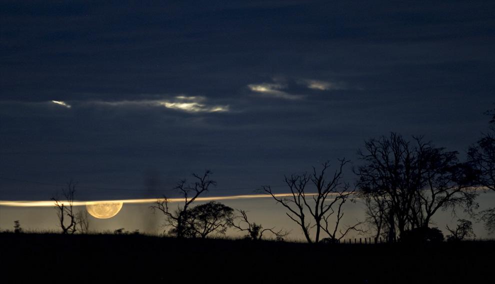 La luna llena recién salida, baña con luz a los arboles en el horizonte en una estancia de Rio Verde. Un espectáculo visual nos regalo esa  noche en abril del año pasado. (Rio Verde, San Pedro, Paraguay - Tetsu Espósito)