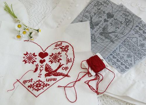 Rood op Wit borduren in hartvorm .