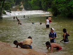 Aqua Azul 015 - Locals at the falls (Ben Beiske) Tags: mexico chiapas mexiko aquaazul