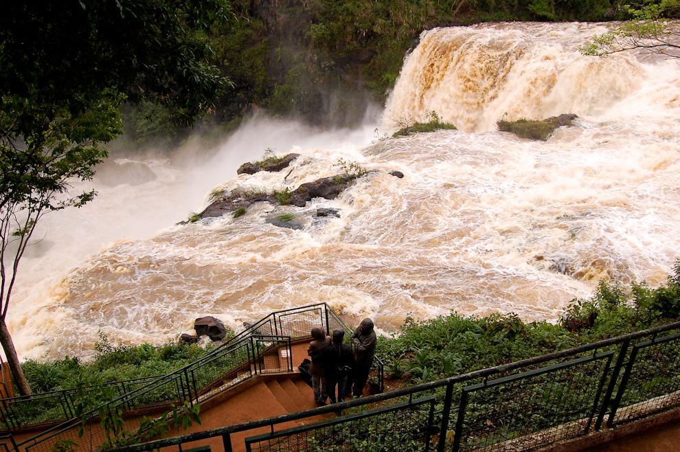 El salto Monday en el distrito de Presidente Franco, como siempre caudaloso y peligroso, es uno de los mejores atractivos del Departamento de Alto Paraná. (Elton Núñez - Presidente Franco, Paraguay)
