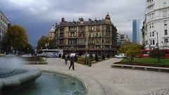 mal tiempo a la vista! (silviet45) Tags: street plaza fountain edificios gente fuente bilbao urbanism vizcaya bilbo calles 2010 buidings