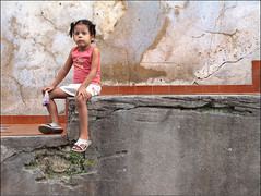 a bala na bochecha (ccarriconde) Tags: portrait people brasil riodejaneiro children candy ccarriconde cristinacarriconde criana menina candies bala bochecha morrodaconceio brasilpeople cristinacarriconde imagemimaculada