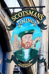 Scotsman's Lounge (just.Luc) Tags: europa europe edinburgh edinbourgh royaumeuni verenigdkoninkrijk unitedkingdom grootbrittanië grandebretagne greatbritain scotland schotland ecosse pub café bar scotmanslounge cockburnstreet sign enseigne uithangbord scotsman man homme hombre uomo