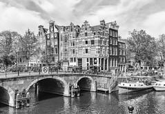 Amsterdam - Lekkeresluis (Tobias Dander) Tags: tobiasdander amsterdam lekkeresluis prinsengracht brouwersgracht cafe boats papeneiland blackandwhite city bnw black white bridge houses architecture