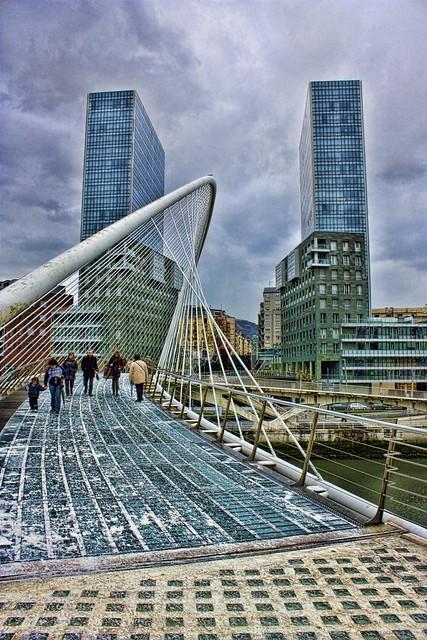 Puente Zubizuri de Santiago Calatrava, frente a las Torres de Isozaki en Bilbao