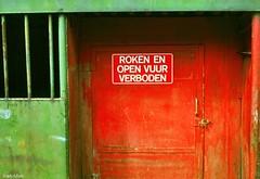 Colores (Eddy Allart) Tags: door red holland verde green rojo rotterdam groen fumar rood deur roken vuur kleuren eddyallart