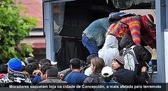 MORADORES SAQUEIAM (MIRIAM GODET) Tags: chile chilenos terremoto terremotos saques tremores tremorsismico
