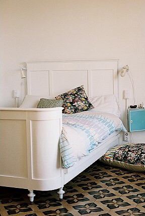 Vintage(?) bed