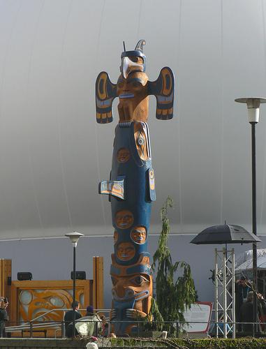 totem devant le pavillon autochtone