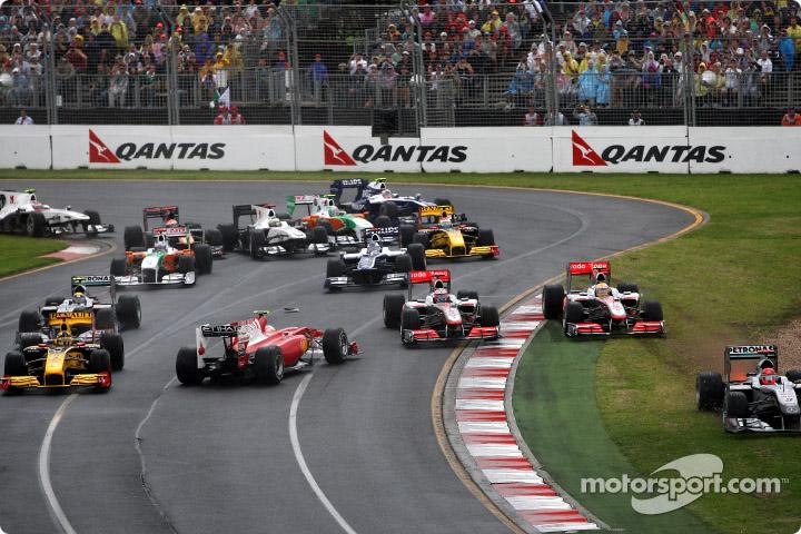 Fernando Alonso tuvo una complicada largada en el GP de Australia 2010, tras ser tocado por Button da un trompo y queda último.