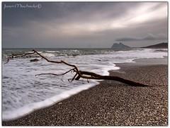 Te me acercas ... (Juan Machado [McKeyn]) Tags: espaa mar andaluca spain playa cdiz olas campodegibraltar lalneadelaconcepcin pendegibraltar laalcaidesa