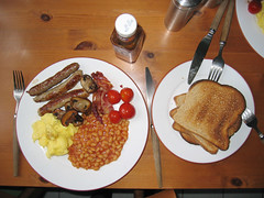 full_english_breakfast_1 (andreas.hopf) Tags: tomato mushrooms bacon beans toast sausage wurst pilze tomate mushypeas englishbreakfast hpsauce bohnen englischesfrhstck britishbreakfast frhstcksspeck erbspree