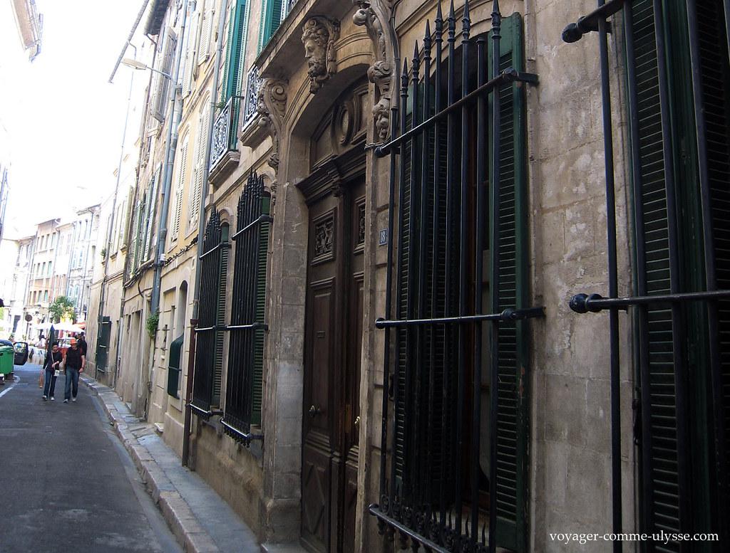 Façade ancienne, barreaux aux fenêtres
