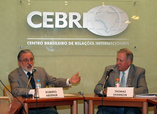 Ambassador Roberto Abdenur introduces Ambassador Shannon. (Photo: U.S.ConGen-RJ)