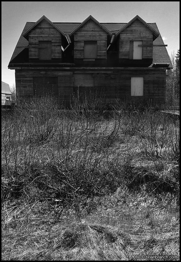 P1090609_abandoned_house