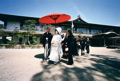 wedding procession (3) (troutfactory) Tags: wedding friends red film japan japanese shrine traditional voigtlander rangefinder wideangle parasol   osaka kimono analogue procession superia400 shinto kansai  15mm bessal   heliar sumiyoshitaisha