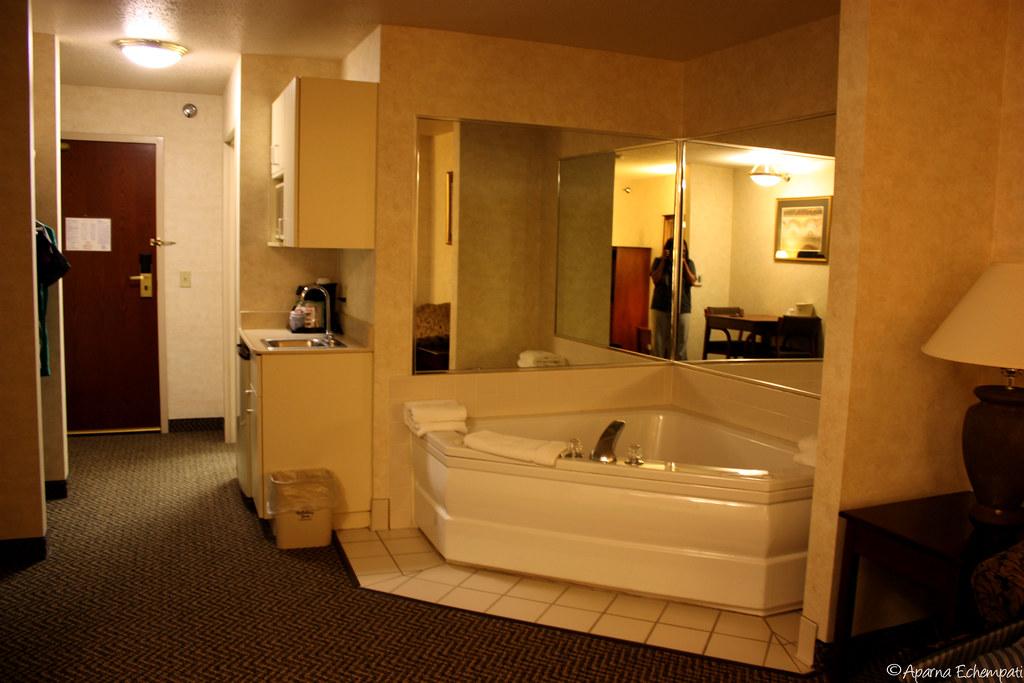 jacuzzi rooms hotel. Black Bedroom Furniture Sets. Home Design Ideas