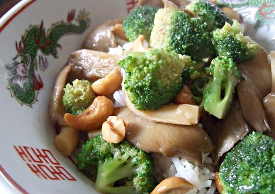 Roerbak oesterzwammen met broccoli en cashewnoten