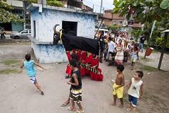 Cia Carroça de Mamulengos na Maré (AF Rodrigues) Tags: brasil riodejaneiro teatro rj garoto rodrigues alegria menino adriano boi comunidade apresentação ferreira espetáculo baixadosapateiro garotada afrodrigues ciacarroçademamulengos ciacarroademamulengos