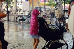 青待ちピンク (Yuri Yorozuna / 萬名 游鯏(ヨロズナ)) Tags: 女の子 女子 少女 girl ピンク ピンク色 pink color 色彩 色 ベビーカー 乳母車 stroller 合羽 カッパ かっぱ 雨合羽 雨がっぱ 雨ガッパ レインコート raincoat 雨着 雨衣 信号待ち waitingforsignal 夜 night rain rainy rainynight 雨 雨天 雨夜 新宿駅西口 新宿西口 新宿駅前 shinjukustationwestexit shinjuku shinjukuward 新宿区 東京都 tokyo japan industar61lzmc50mm industar61 индустар61лзmc50mm nightshot