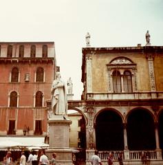 Italia (YYNTL) Tags: 2001 people italy film statue analog italia estate dante oldbuildings verona poet beeld gardameer itali dichter centrostorico veneto dantealighieri analoog zuiden rolletje