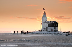 Lighthouse Paard van Marken - The Netherlands (Nielsast) Tags: sunset lighthouse lake snow holland ice netherlands landscape nikon meer sneeuw nederland nikkor vuurtoren marken ijsselmeer landschap ijs d300 mywinners zonopkomst provincienoordholland kruiendijs paardvanmarken