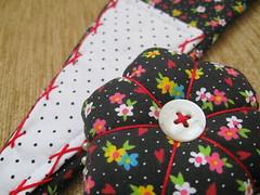 Estou feliz ... * (Estefnia Zica) Tags: floral pin sew bolinhas fabric boto button pincushion scissor agulha tecido costura pos alfinete pettitpois tesouras alfineteiro agulheiro kitcostura scissorcase portatesouras cabeadepapel