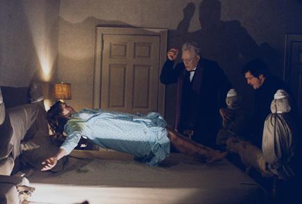 Resultado de imagen para sacerdote realizando exorcismo