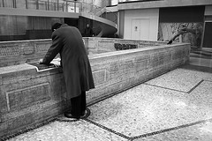 (Donato Buccella / sibemolle) Tags: street blackandwhite bw italy man milan reading milano streetphotography stazionecentrale canon400d sibemolle fotografiastradale