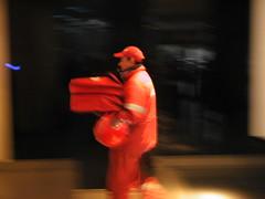 Repartidor entrando el las oficinas de Air Comet