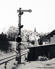 Old signal & steam loco (marvin buschendorf) Tags: blackandwhite blackwhite v100 loco steam dampflok bundesbahn historisch steamloco nesa efz 78468 eisenbahnfreunde formsignal eisenbahntradition oldsignal v1001041 deutschebahnsonderzug
