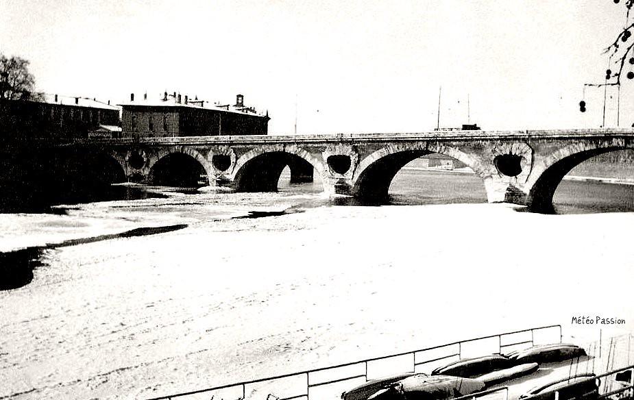 glace sur la Garonne gelée au Pont Neuf de Toulouse en février 1956