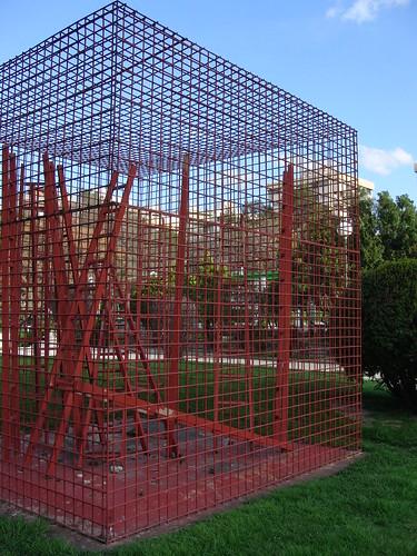 anatomía del parque de la victoria de jaén: escultura de escaleras enrejadas