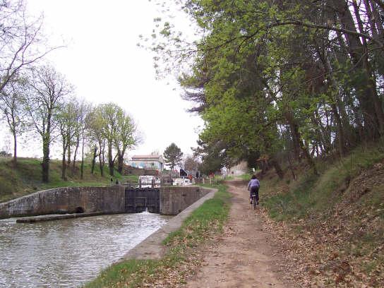 canal_du_midi_lock_bike
