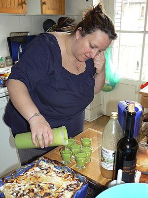 catherine sert le velouté de petits pois.jpg