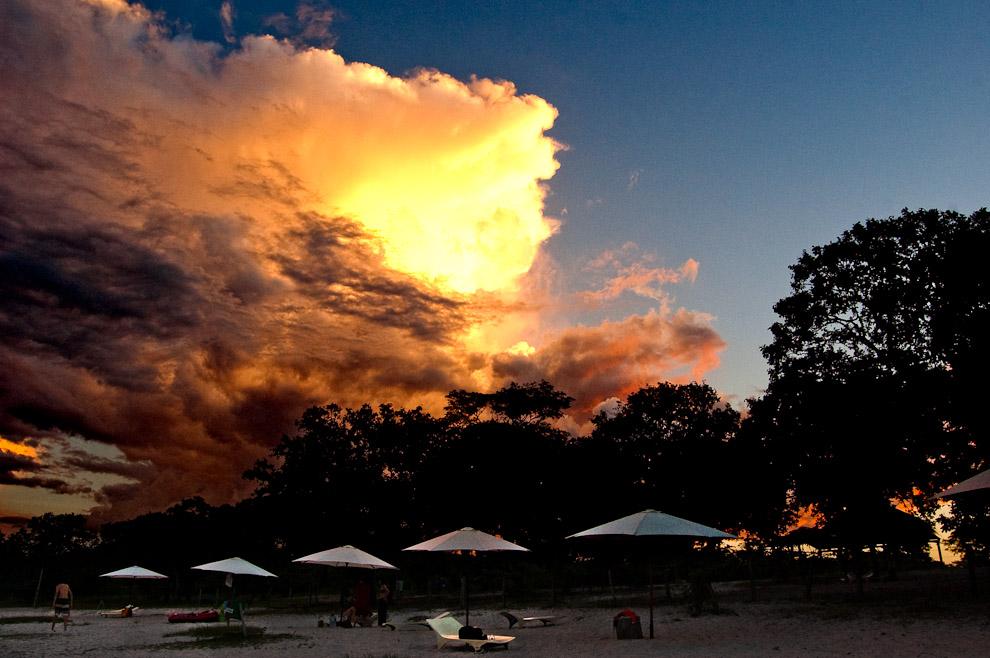Altas nubes aún siendo iluminadas por los últimos rayos del sol antes de anochecer del miércoles santo. (San Pedro, Paraguay - Elton Núñez)