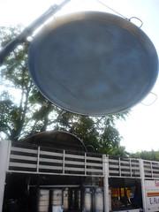Colocación y transporte de una paella gigante
