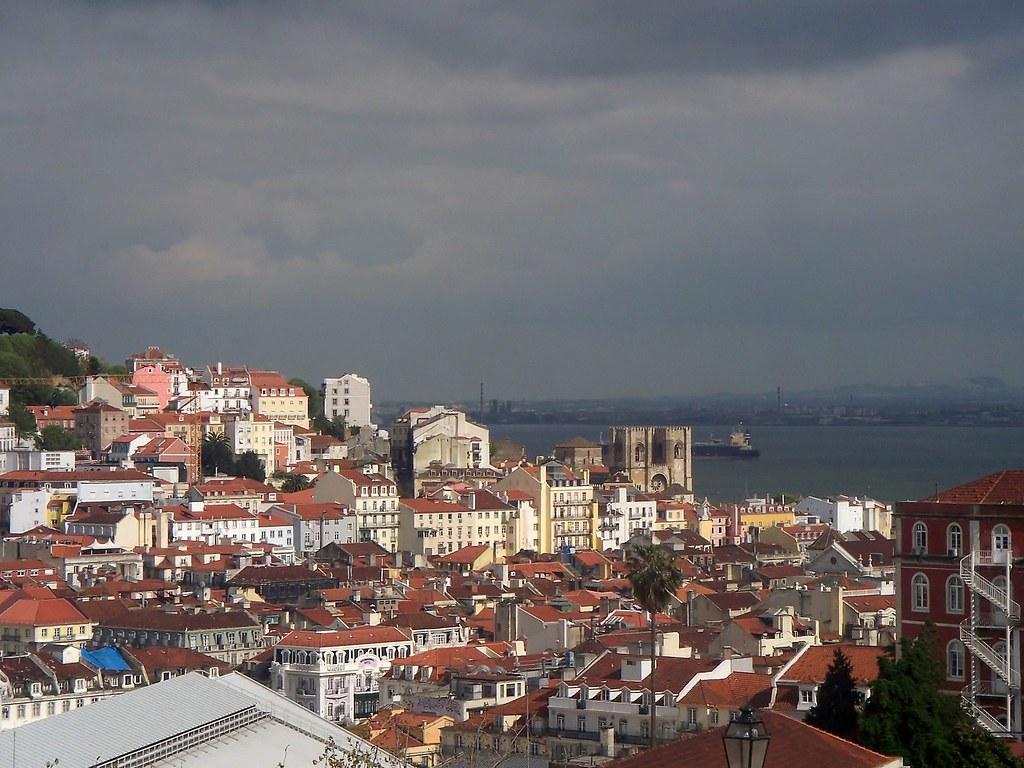 Lisboa vista desde el mirador de San Pedro de Alcántara. Barrio Alto.