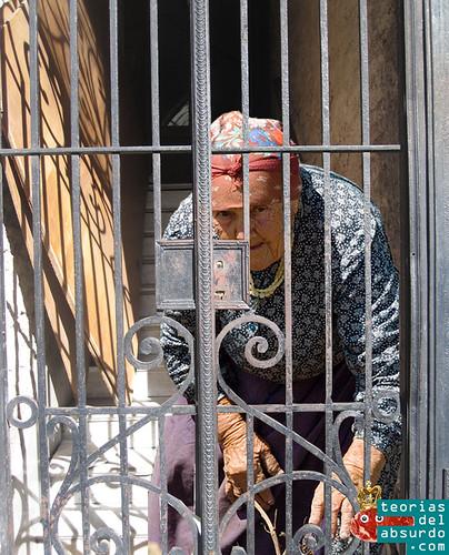 babushka encerrada en el portal de una casa