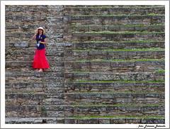 vertical background (zipponio) Tags: blue red portrait woman girl hat rain vertical donna photographer blu amphitheatre skirt crop rosso pioggia fiesole tiers cappello ragazza verticale fotografa anfiteatro cropping gradinata