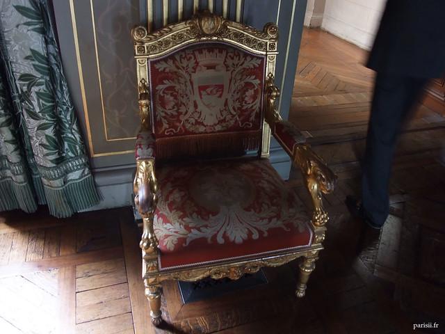 Fauteuil décoré avec le blason de Paris