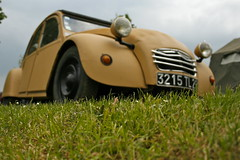 the grass is always greener... (Jesper2cv) Tags: france grass yellow jaune dof citroen gelb 2cv clubs gras normandie ente geel eend geit 2010 rencontre nationale typea giel deuche gielcourteilles
