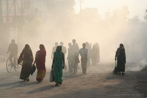 Personas caminando cerca de Varanasi