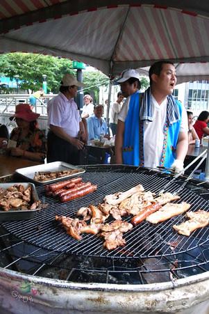 原木烤山豬肉和大香腸