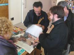 Oriol Llavina mostrant el seu reportatge a l'AVUI
