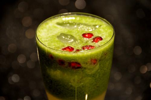Juice af kiwi og agurk med granatæblekerner